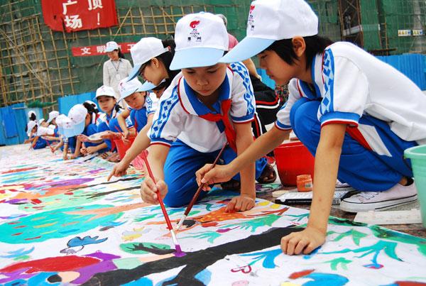 龙门县小学生开展百米长卷绘画宣传节能减排高清图片