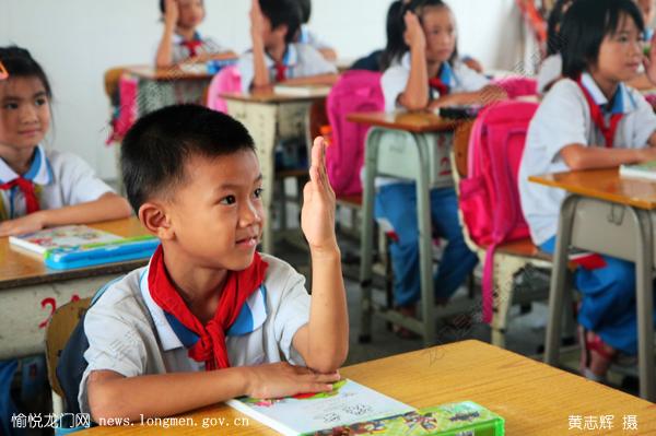 二年级学生上第一节课踊跃举手回答问题.-开学啦图片