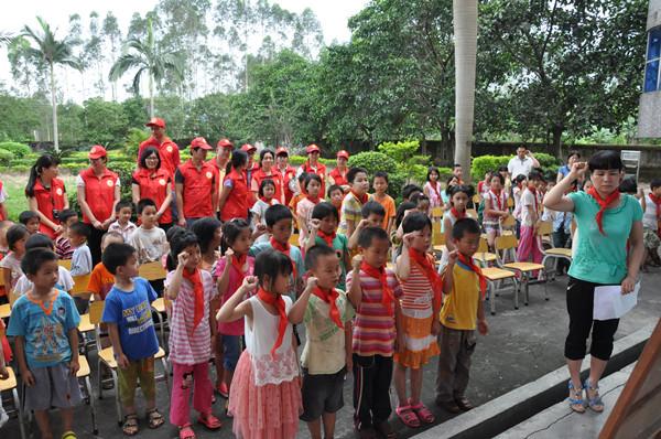 """牵手红领巾·共筑中国梦""""为主题的志愿活动,与孩子们共庆""""六一""""儿童节"""